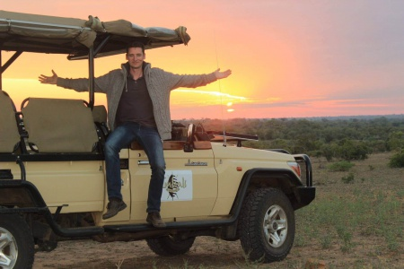 Inhaber Daniel Löffler auf Safari