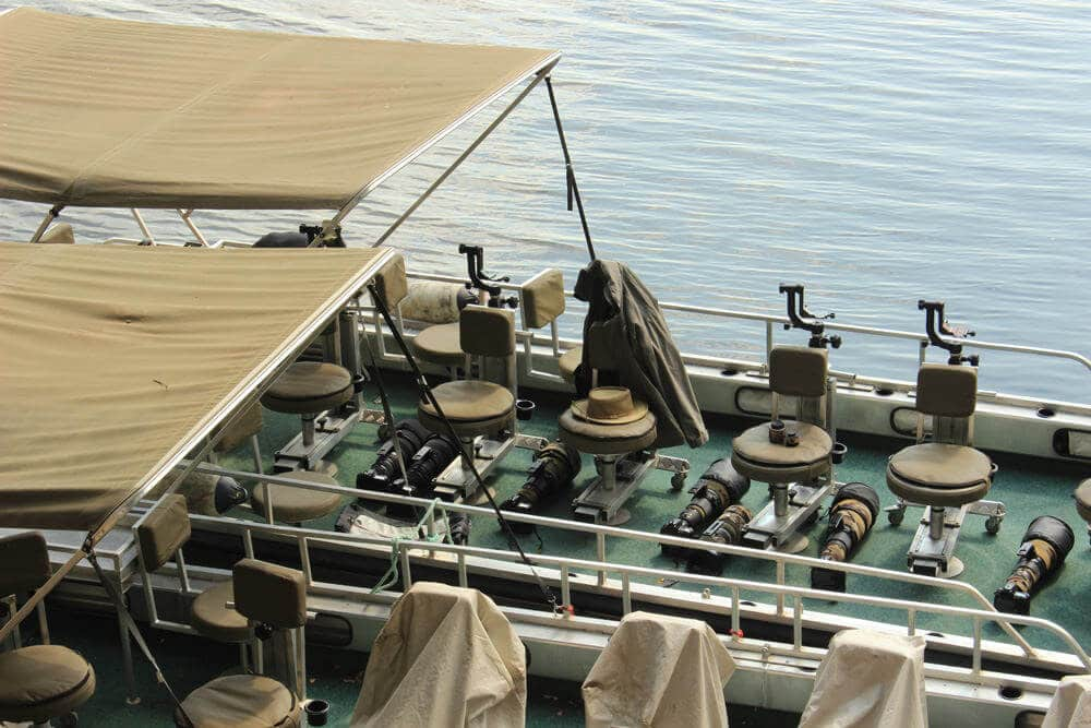 Mehrere Kameras und Objektive auf einem Boot