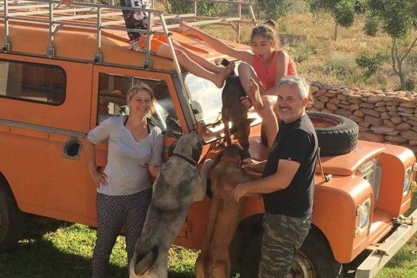 Familie Tokay Am Orangenen Jeep