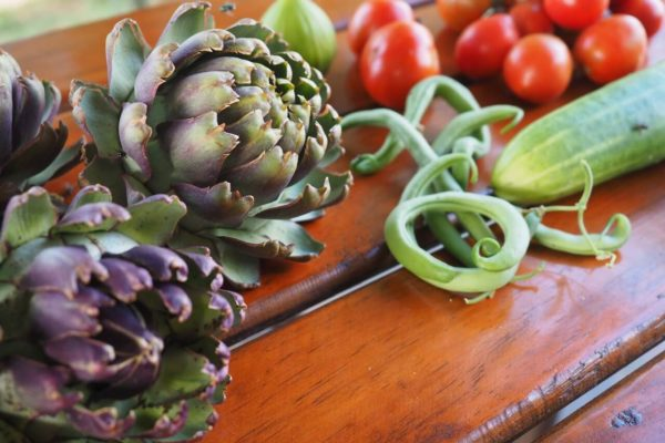 Frisches Gemüse Auf Einem Tisch Artischocken, Bohnen, Gurken, Tomaten