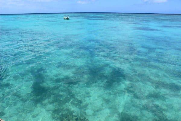 Indischer Ozean in blau mit kleinem Boot