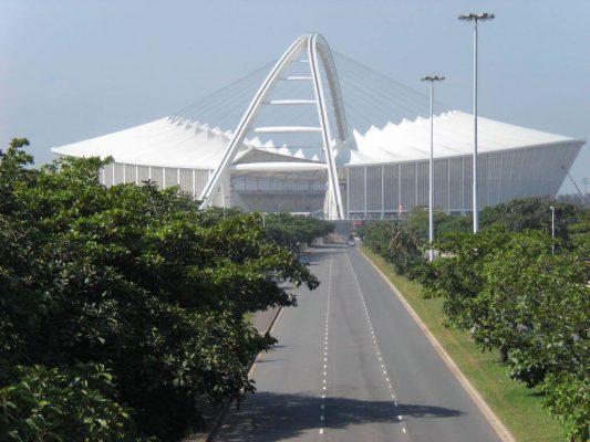 Moses Mabhida Stadium | Vordergrund: Straße