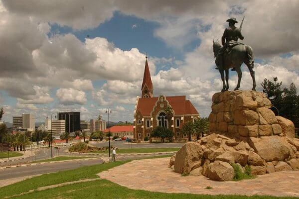 Namibia-windhoek-christuskirche-hinter-reiterdenkmal-ntb