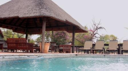 Poolbereich der Nkhoro Bush Lodge