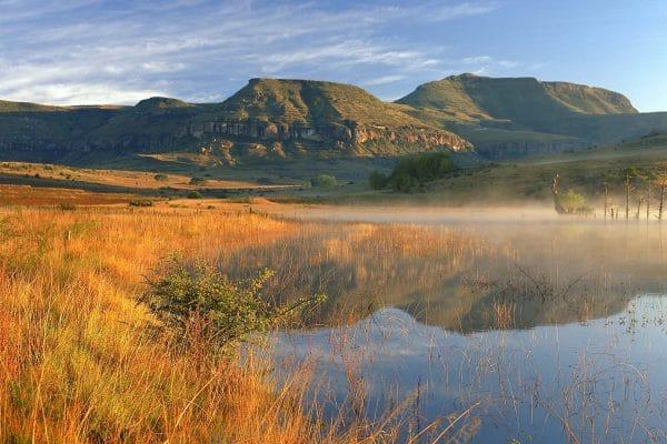 Suedafrika-drakensberg-park-bergkette-am-see