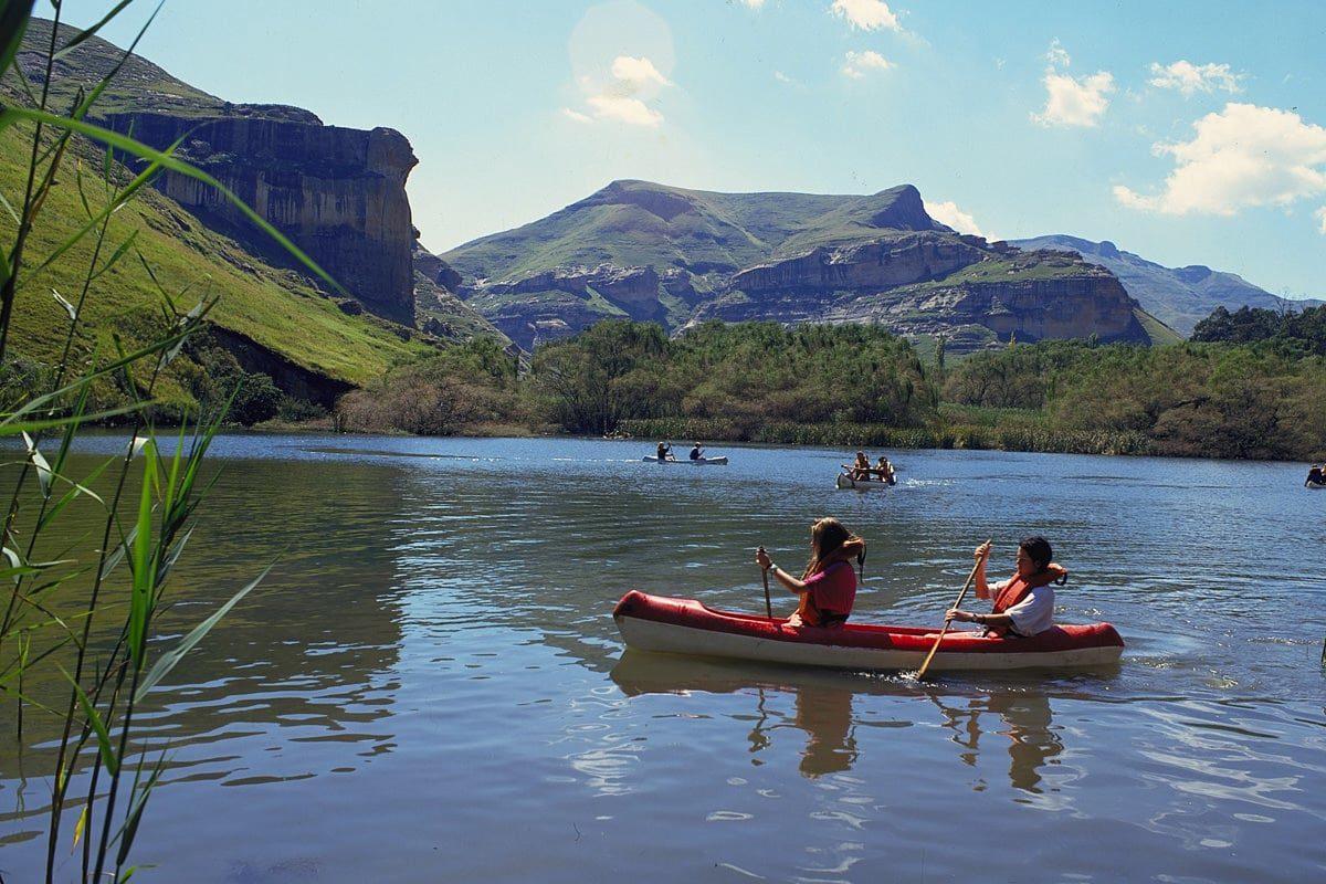 Suedafrika Drakensberg Park Kanu Auf Bergsee