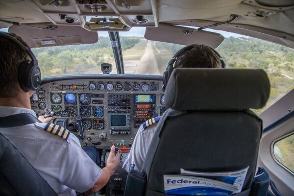 Suedafrika Flugsafari Pilot Bei Landung