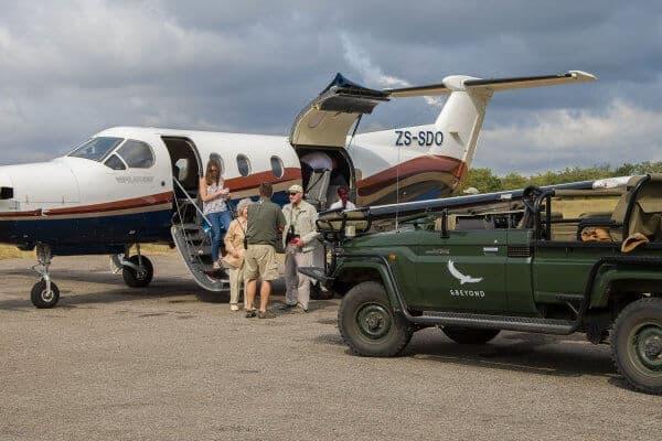 Suedafrika Flugsafari Ranger Begruesst Gaeste