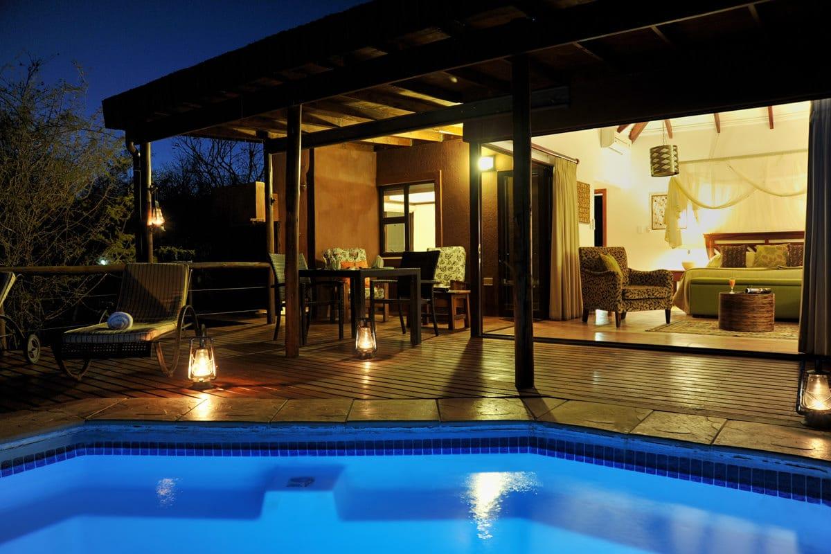 Idube Suite beleuchtet am Pool