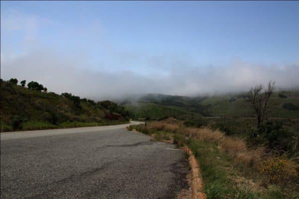 tief hängende Wolken entlang der Fahrt